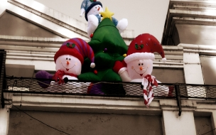 Fondos hd muñecos de nieve inflable en balcon