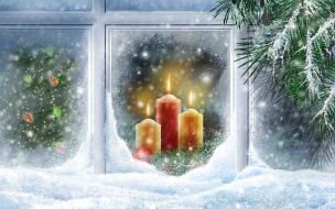 Adornos de navidad en ventana