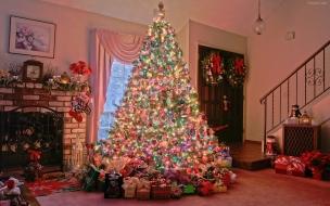 Casa con arbol adornado lleno de regalo
