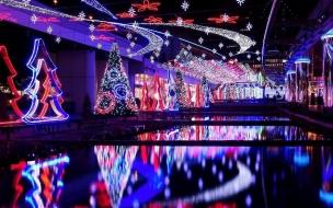 Centro comercial con luces