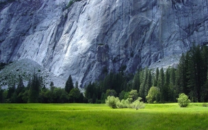 Campo bajo rocas gigantes
