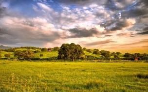 Campo con colinas