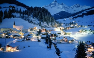 Casas iluminadas en la nieve
