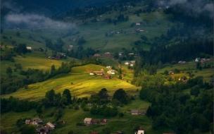 Casas en colinas verdes
