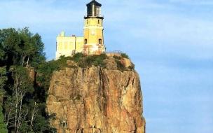 Faro en roca