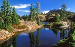 Laguna y montañas