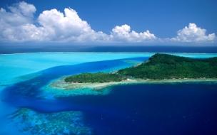 Mar azul con isla
