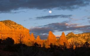 Luna llena en desierto