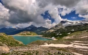 Nubes bajas sobre montaña