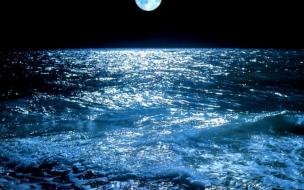 Oceano con luna llena