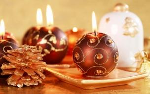 Fondo de pantalla de navidad con velas y adornos tipicos
