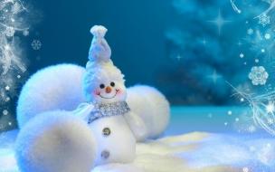 Muneco de navidad con nieve y bolas de navidad en color blanco